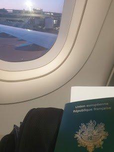 passeport devant un hublot à l'intérieur de l'avion