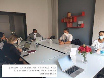 réunion pour robotiser des contrats juridiques td'avocats d'affaires et de juristes dans une salle de réunion et avec leurs ordinateurs
