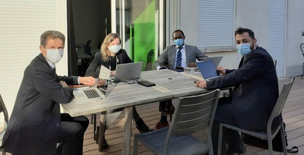 réunion d'avocat en droit du travail droit des sociétés masqués et en extérieur