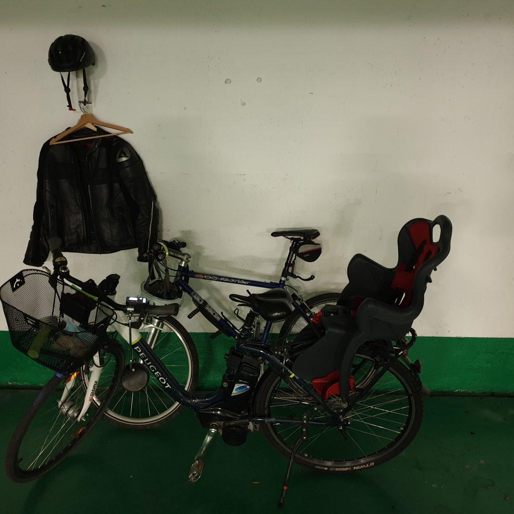 deux vélos d'avocats, avec en fond un cuir de motard