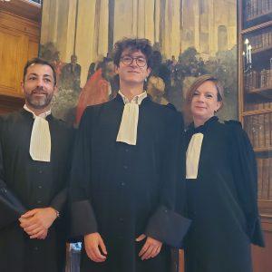 laurent houarner et aurélie laurent en robe d'avocats entourent Romain OBRECHT